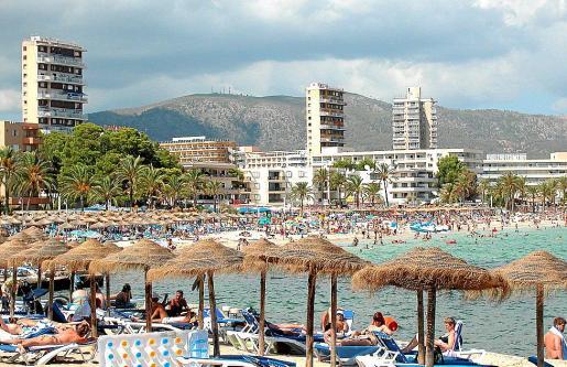 Vista general de la playa de la zona turística de Palmanova.