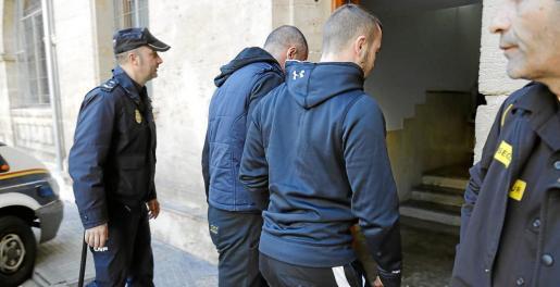 Momento en el que los dos ciudadanos búlgados condenados este jueves llegaban a Vía Alemania.