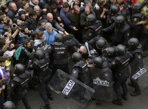 Antidisturbios de la Policía forman un cordón de seguridad frente al colegio Ramón Llull de Barcelona, uno en los que se vivieron momentos de tensión en las votaciones del 1-O.