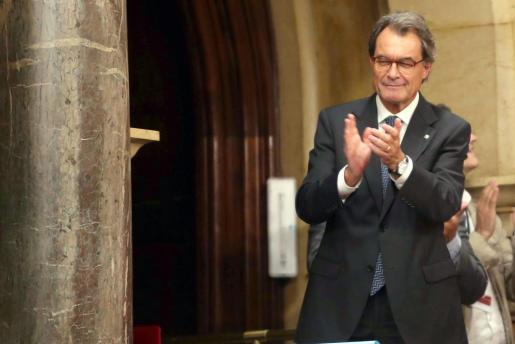El expresidente de la Generalitat, Artur Mas, en la tribuna de invitados, celebra la aprobación de la ley del referéndum.