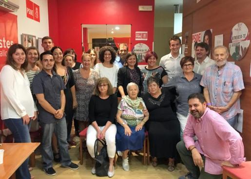 Natalia Troya, en el centro de la imagen, junto a otros miembros del PSOE de Son Servera.