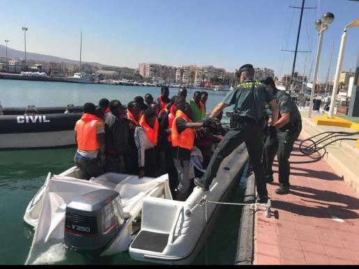 Imagen de la Guardia Civil de este viernes en Melilla, donde llegaron 31 inmigrantes.