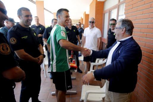 El ministro de Interior, Juan Ignacio Zoido, saluda a los guardias civiles durante su visita a la base militar en la que se encuentran alojados los agentes desplegados en Cataluña con motivo del referéndum del 1-O.