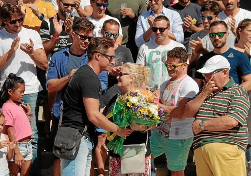 Los bomberos le entregaron un ramo de flores a los padres de Álex Ribas, fallecido en 2010 en Palma.