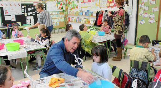 Guillem Crespí, en una aula de la escuela de Can Picafort, trabajando con los niños y niñas.