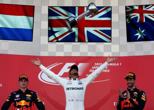 Lewis Hamilton celebra el triunfo en Japón junto a Daniel Ricciardo y Max Verstappen.