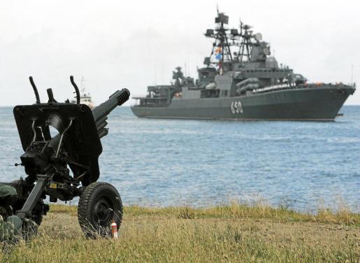 Una flota naval rusa, llegando 8 al puerto venezolano de La Guaira en 2008; el destructor incluía un crucero a propulsión nuclear.