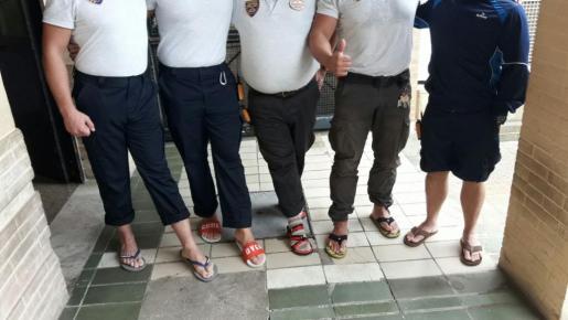 Imagen de los vigilantes de seguridad prestando su servicio en chanclas.