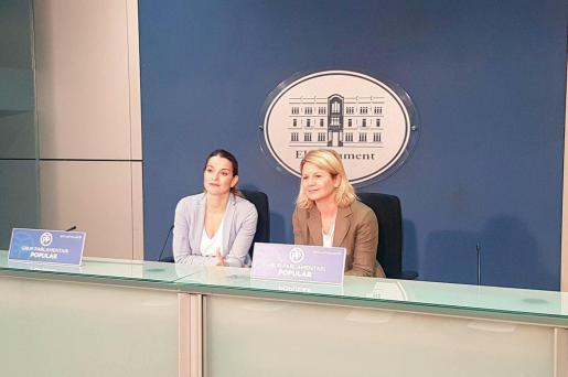 Las diputadas del PP en el Parlament de les Illes Balears, Marga Prohens y Marga Riera, durante la rueda de prensa que han ofrecido la mañana de este lunes.