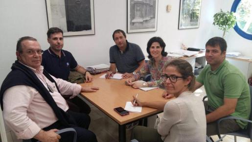 Instante del encuentro entre los representantes del ajuntament y la ONG.