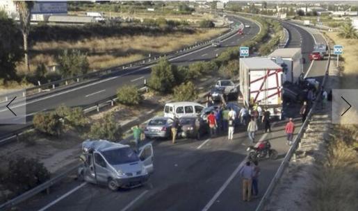 La vía ha quedado bloqueada por los vehículos accidentados.