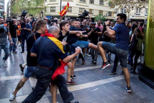 Enfrentamientos entre los asistentes a la tradicional manifestación de entidades de izquierda y nacionalista del 9 d'Octubre y llevada a cabo por el centro de Valencia que ha tenido que alterar su recorrido ante los ataques de decenas de ultras.