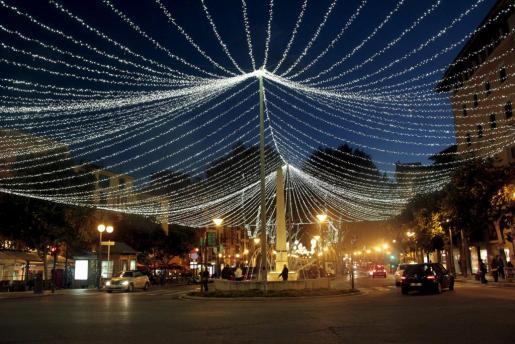 Cort ha infor,ado que el alumbrado navideño llegará al 90 % de las zonas comerciales del centro y los barrios de Palma, según el plan aprobado en 2016.