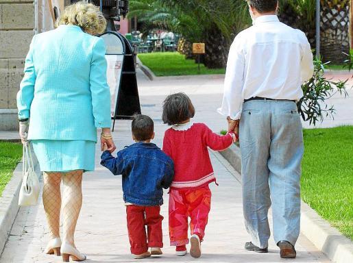 Imagen de archivo de una pareja paseando con dos niños.