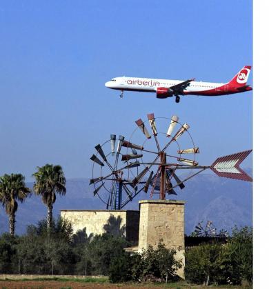 Un avión de Air Berlin sobre los molinos de Sant Jordi.