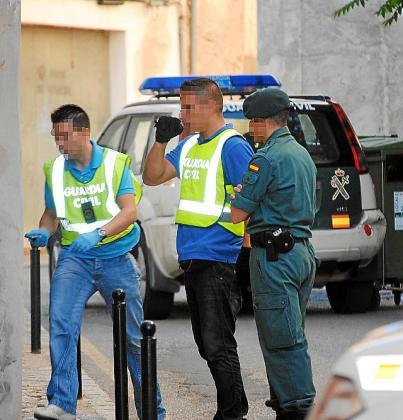 La Guardia Civil busca al sospechoso.