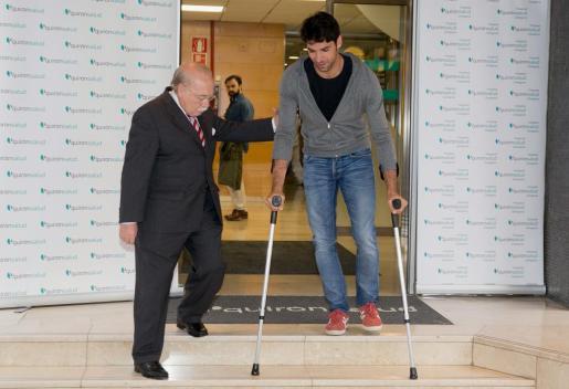 Cayetano Rivera Ordóñez sale del Hospital Quirónsalud de Zaragoza acompañado por el cirujano Carlos Val-Carreres.