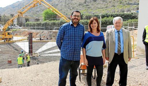 Vidal, Armengol y el alcalde Mir, en una visita a las obras de ampliación de la depuradora.