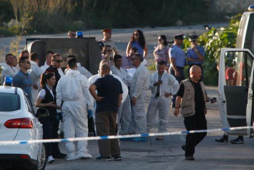 Numerosos efectivos tratan de recabar información cerca del escenario del crimen de la periodista Daphne Caruana Galizia.