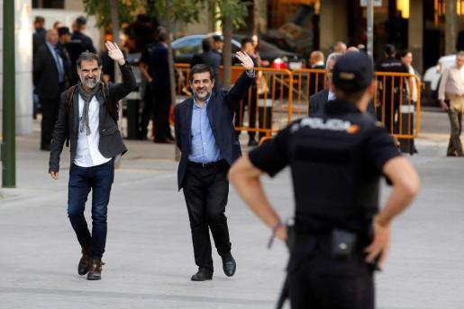 Los presidentes de la Asamblea Nacional Catalana, Jordi Sànchez, y de Òmnium Cultural, Jordi Cuixart, a su llegada a la Audiencia Nacional.