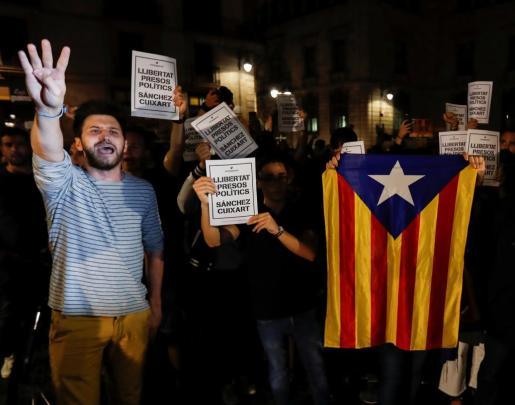 Un grupo de personas se ha concentrado ante el Palau de la Generalitat para pedir la libertad para Jordi Sanchez y Jordi Cuixart.