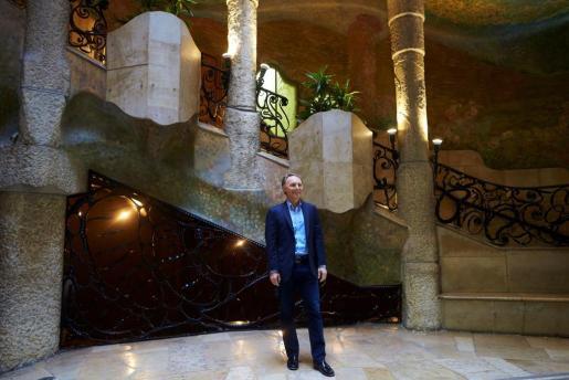 El escritor estadounidense Dan Brown posa para la prensa gráfica durante la presentación de su nueva novela 'Origen', este martes en la Casa Milà (La Pedrera), el emblemático edificio de Gaudí, uno de los escenarios en los que transcurre la última aventura del profesor de simbología Roger Langdon.