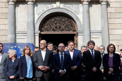 Ada Colau, Carles Puigdemont, Oriol Junqueras, Jordi Turull, Raul Romeva, entre otros políticos catalanes, han guardado este martes un minuto de silencio ante el Palau de la Generalitat por las detenciones de Sánchez i Cuixart.