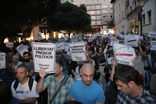 Más de 500 personas se han manifestado la tarde de este martes en Palma, frente a la Delegación del Gobierno, para protestar por el encarcelamiento de Jordi Cuixart y Jordi Sánchez.