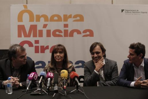 Yannis Munujos, Maria del Mar Bonet, Francesc Miralles y Carlos Forteza, en la presentación del concierto en el Teatre Principal de Palma.