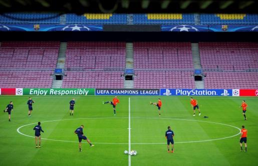 Los jugadores del Olimpiakos, durante el entrenamiento del equipo previo al partido de Liga de Campeones que mañana disputarán ante el FC Barcelona en el Camp Nou de Barcelona.
