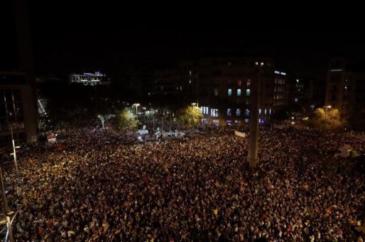 Miles de personas se concentran este martes en el centro de Barcelona para pedir la puesta en libertad de los presidentes de la ANC, Jordi Sànchez, y de Òmnium Cultural, Jordi Cuixart.