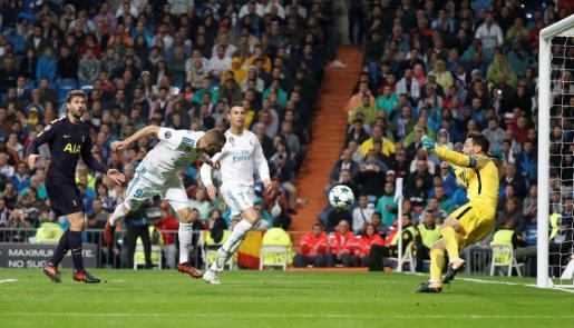 Karim Benzema fallando una opción de gol.