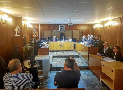 Los dos acusados, de espaldas, escucharon la ratificación del acuerdo entre las partes antes de ser absueltos.