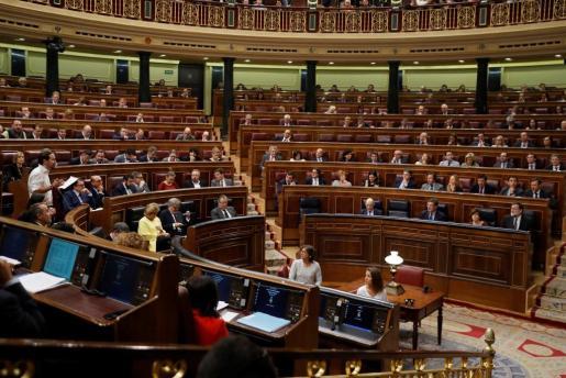 -El presidente del Gobierno, Mariano Rajoy, escucha la pregunta que le formuló el líder de Ciudadanos, Albert Rivera.