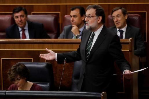 El presidente del Gobierno, Mariano Rajoy, responde a una pregunta del líder de Podemos, Pablo Iglesias, durante la sesión de control al Gobierno.