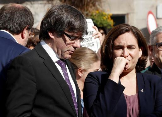 El presidente de la Generalitat, Carles Puigdemont, y la alcaldesa de Barcelona, Ada Colau, durante la concentración de este pasado martes en la plaza de Sant Jaume de Barcelona.