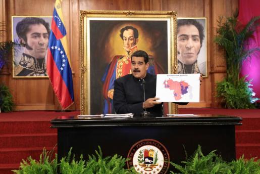 Fotografía cedida por la Oficina de Prensa de Miraflores, del presidente de Venezuela, Nicolás Maduro, durante un encuentro con medios internacionales.