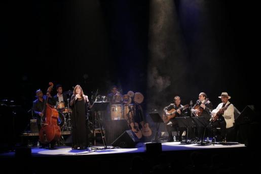 Maria del Mar Bonet mostró calidez con la decena de músicos que la acompañaron en el escenario y con el público, al que emocionó.