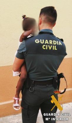 Los agentes custodiaron a la pequeña hasta que la madre se presentó en la vivienda y le informaron de que iba a ser investigada.