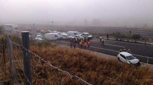 45 coches se han visto implicados este jueves en un accidente múltiple que se ha producido a la altura de Galisteo (Cáceres), en el que un hombre ha perdido la vida y 15 personas más han resultado heridas.