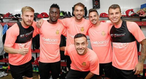 Los jugadores del Mallorca entrenaron con camisetas rosas apoyando las iniciativas del dia internacional de la lucha contra el cáncer de mama.