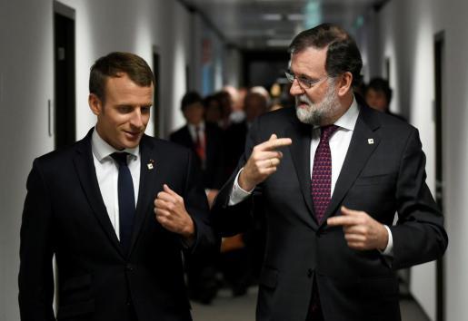 Emmanuel Macron conversadno con Mariano Rajoy.