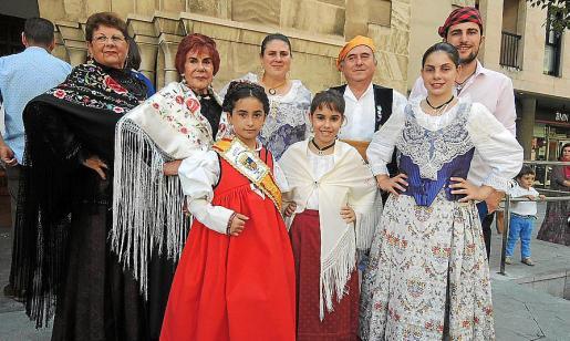 María Morey, Mercedes Tabernero, Adoración Heredero, Fernando Garrido y David Garrido. Delante: Sofía González, Laura Sabater y Elena Muñoz.