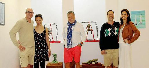 Mathieu y Chivom Verger, Vicenç Andreu y Gustavo y Karen Kaufman, ante esculturas de Vicky Pérez.