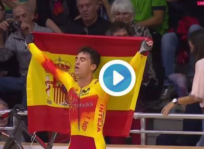 Albert Torres celebra su medalla de oro en el campeonato de Europa de ciclismo en pista.