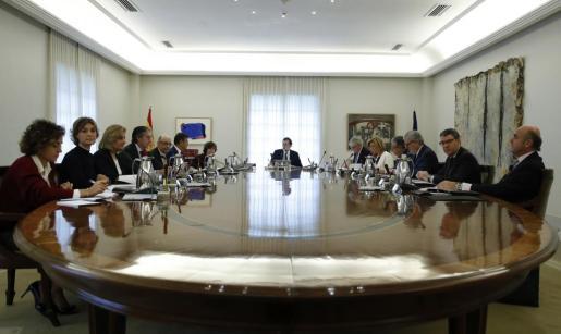 El jefe del Ejecutivo, Mariano Rajoy (c), preside la reunión extraordinaria del Consejo de Ministros.
