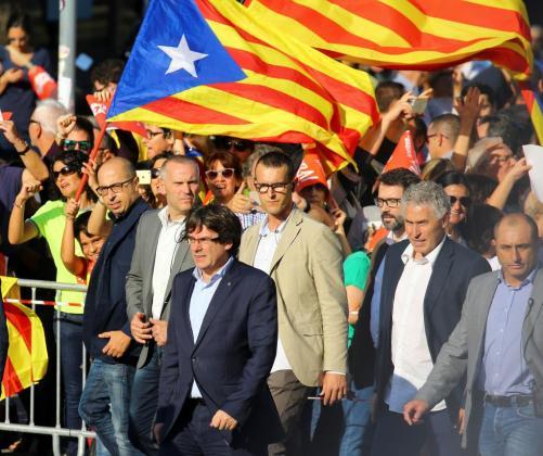 El presidente de la Generalitat, Carles Puigdemont, asu llegada a la manifestación.