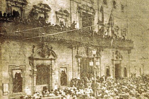 Imagen histórica de la proclamación de la República en el Ajuntament de Palma.
