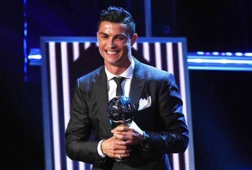 El delantero del Real Madrid Cristiano Ronaldo sonríe tras recibir, por segundo año consecutivo, el premio 'The Best' de la FIFA que designa al mejor jugador del mundo durante la última temporada.