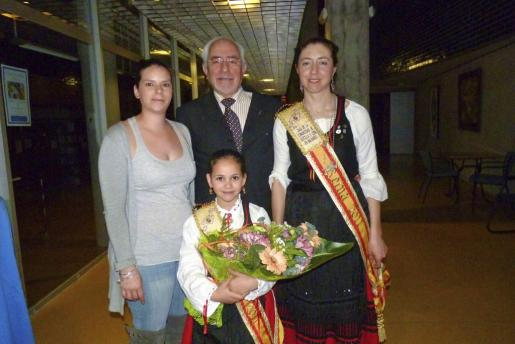 Carolina Capó, Nerea Botia Capó y Maria Pérez con Constantino Cardo.